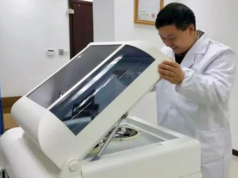 Anpac_Bio_CEO_Chris_Yu_Inspects_Cancer_Differentiation_Analysis_Technology